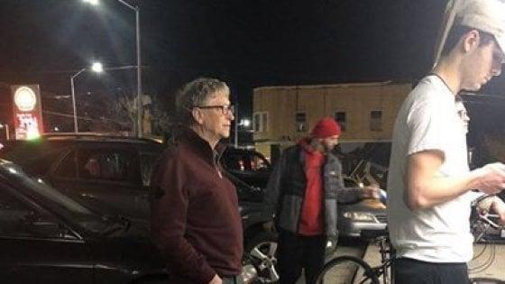 Bill Gates in fila per un hamburger a Seattle. Donati alla città milioni di dollari per le case popolari