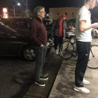 Bill Gates in fila per un hamburger a Seattle. Donati alla città milioni di dollari per...