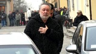Finta partita di champagne, Lele Mora rapinato in un campo Rom: l'estorsione orchestrata da un pregiudicato