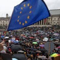 Brexit, M5S raccomanda agli italiani di iscriversi all'Aire. Ma in realtà non serve
