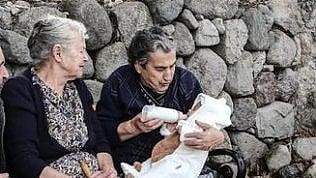 Addio a Maritsa, la nonna col biberon icona della crisi migratoria greca