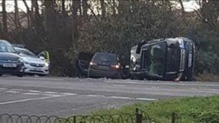 Incidente per il principe Filippo: scontro mentre guidava, l'auto si è ribaltata sul fianco