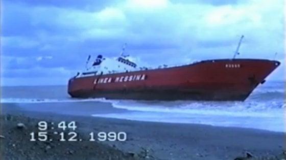 """ll libro inchiesta """"Plutonio"""": """"Così le navi dei veleni venivano usate per il traffico di materiale nucleare"""""""