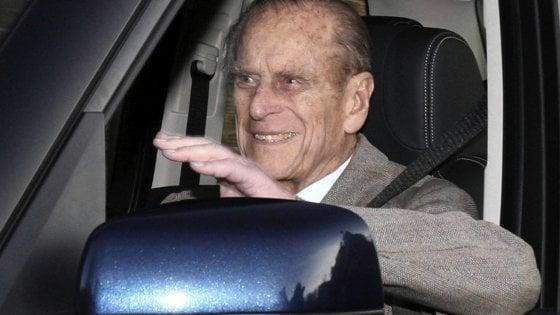 Principe Filippo di nuovo alla guida dopo l'incidente…senza cintura di sicurezza