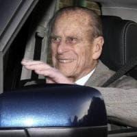 """Incidente in auto, il principe Filippo: """"Accecato dal sole"""". Nell'altra auto due donne e..."""