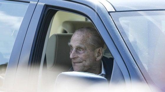 Il principe Filippo torna a guidare (senza cinture) dopo l'incidente, ma il caso può portare a un'inchiesta