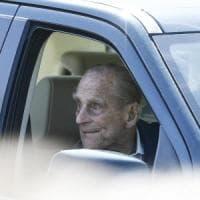 Il principe Filippo torna a guidare (senza cinture) dopo l'incidente, ma il caso può...