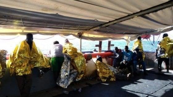 Cento sul barcone in avaria soccorsi da un mercantile chiamato dalla Libia: sono diretti a Misurata
