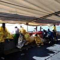 Cento sul barcone in avaria soccorsi da un mercantile chiamato dalla Libia: sono diretti a...