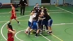 Dopo 107 sconfitte consecutive la squadra di basket vince un match: la festa