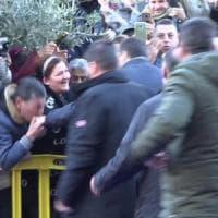 Quel baciamano a Salvini svela il volto della Lega a Sud