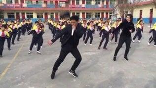 Basta ginnastica di governo: il preside fa ballare i ragazzi