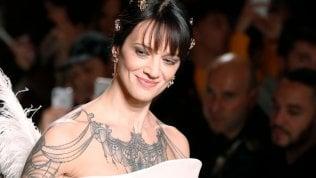 Parigi, Asia Argento debutta in passerella: in bianco e piume per Antonio Grimaldi foto