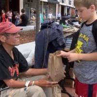 """Usa, i """"pranzi d'amore"""" di Liam: 12enne consegna pranzo ai senzatetto"""