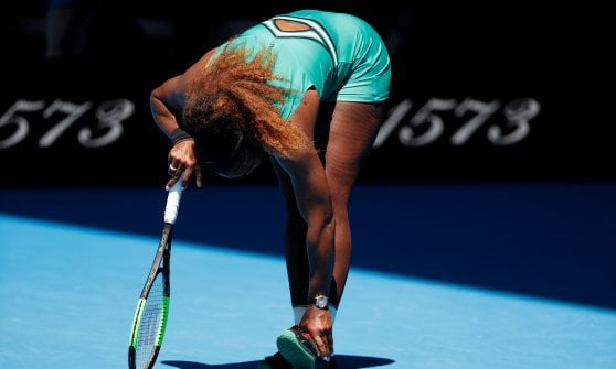 Tennis, Australian Open: Djokovic in semifinale contro Pouille, la caviglia tradisce Serena Williams