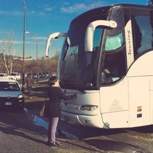 Castelnuovo, parlamentare Leu blocca bus e ferma trasferimenti