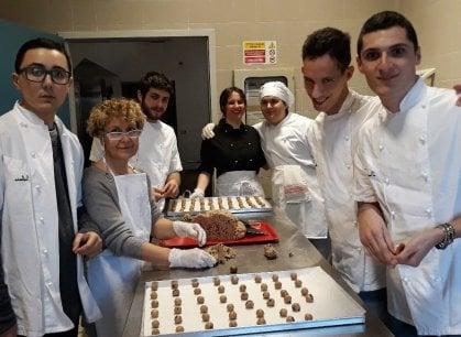 Terapia della dolcezza: a Treviso il laboratorio di pasticceria per ragazzi autistici
