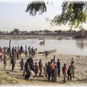 Nigeria, sono migliaia i profughi in fuga attraverso il lago Ciad per non morire durante gli scontri armati
