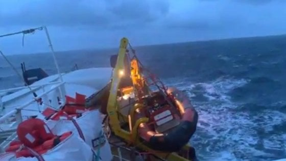 """Migranti: la Sea Watch davanti a Siracusa. Il governo: """"Dei 47 a bordo si occupi l'Olanda"""". Ma il governo dell'Aia dice no"""
