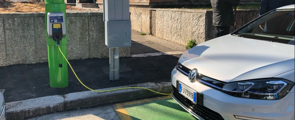Sorpresa, il palo della luce ricarica l'auto elettrica