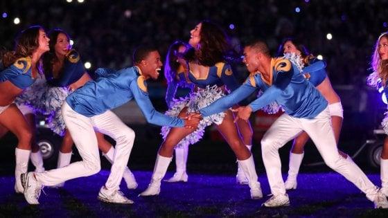 Football Usa, storico Super Bowl: per la prima volta due ragazzi tra le cheerleaders