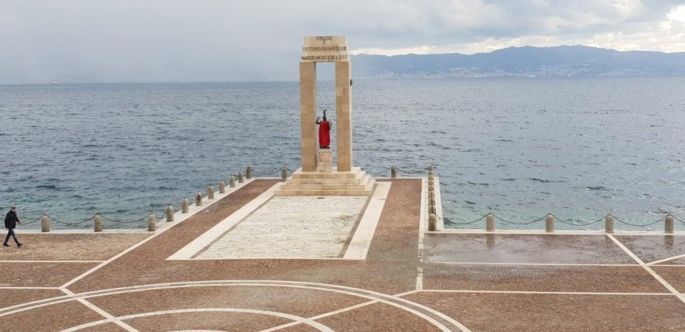Giorno della Memoria, a Reggio Calabria la statua di Athena vestita di rosso