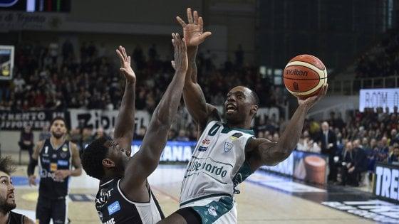 Basket, Gaines e Jefferson trascinano Cantù: Trento cade in casa 92-97