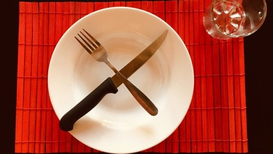 Digiuno collettivo, la foto di un piatto vuoto e l'hashtag #CiPassaLaFame. Così la difesa dei diritti umani diventa virale