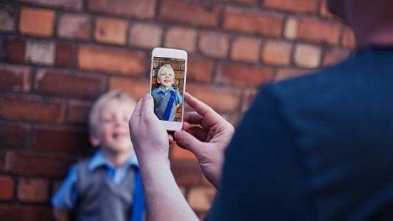 Sharenting, se i genitori condividono di più le foto dei figli maschi