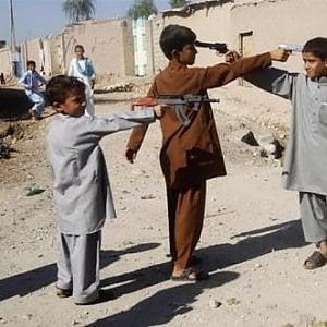 Afghanistan, La guerra infinita: altri sedici civili uccisi (10 erano bambini) da un attacco aereo a Sangin
