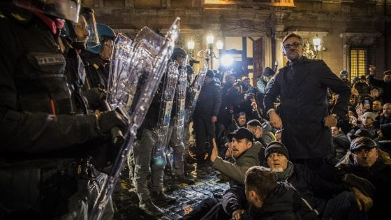 Ncc, riesplode la protesta: scontri e petardi davanti al Senato