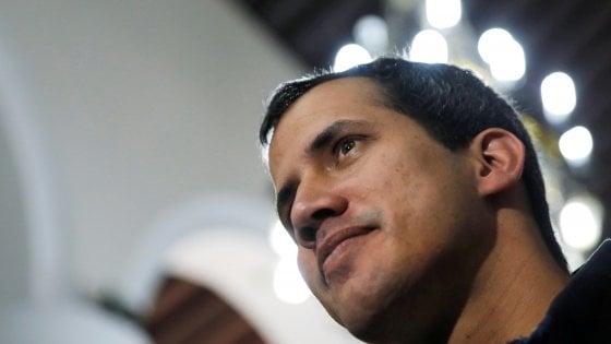 Venezuela, Guaidó prende controllo dei beni all'estero. Sanzioni dagli Stati Uniti sul petrolio di Caracas