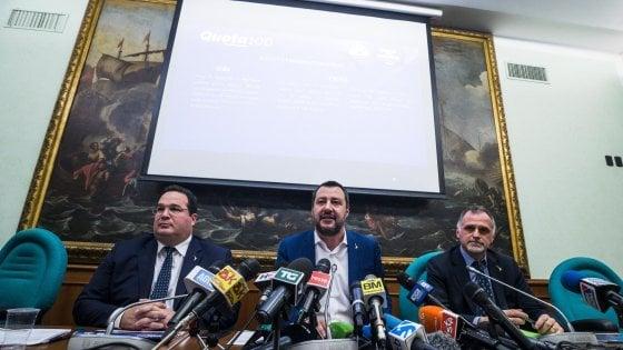 """Da sinistra: Il sottosegretario al Lavoro Claudio Durigon, il ministro dellInterno e vicepremier Matteo Salvini e il sottosegretario all'Economia Massimo Garavaglia durante la conferenza stampa su """"Quota 100"""" presso il gruppo Lega alla Camera"""