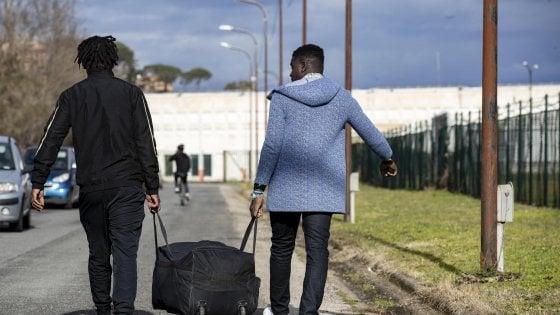 """Cara Castelnuovo, le prime testimonianze dei migranti allontanati: """"Non abbiamo mangiato e non c'è acqua"""""""