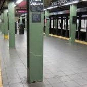 New York, mamma con passeggino muore cadendo dalle scale del metrò