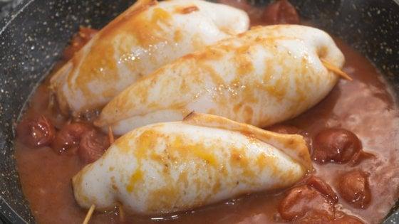 Calamari ripieni in salsa di pomodoro: con questa ricetta risultato assicurato