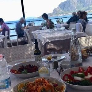 Gli italiani spendono in media 1.408 euro per mangiare fuori casa
