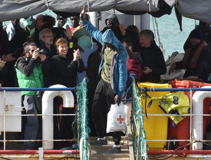 Lo sbarco dei 47 migranti dalla Sea Watch, gli abbracci e la festa al porto di Catania