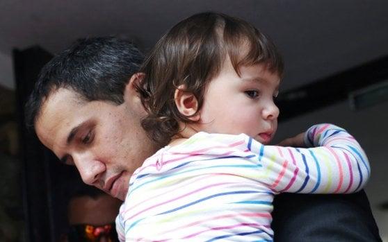 """Venezuela, M5S: """"L'Italia non riconosce Guaidó"""". Mogherini: """"Gruppo di contatto per nuove elezioni"""""""