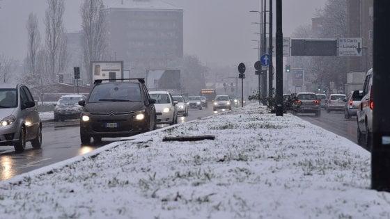 Meteo, ancora neve al Nord. Temporali al centro-sud, atteso nubifragio a Roma