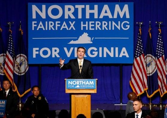 Foto con la maschera del KKK, bufera sul governatore della Virginia