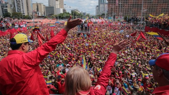 """Venezuela, Maduro respinge l'ultimatum: """"Non sono un codardo"""". Trump: """"Uso della forza? Un'opzione"""""""