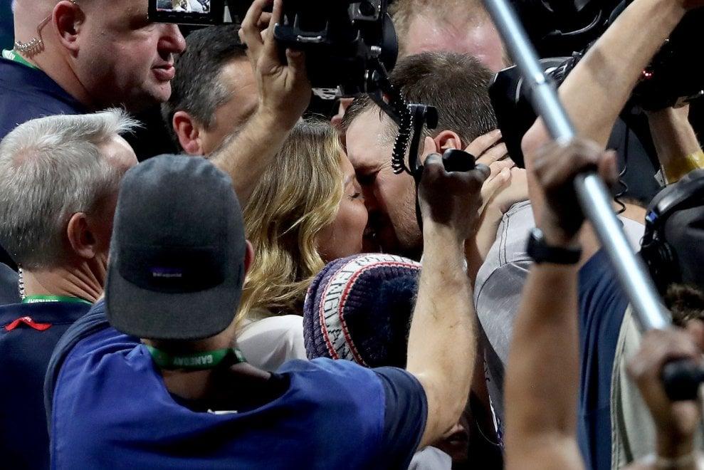 Super Bowl, la gioia della famiglia Brady: la top model Gisele Bunchen, il fuoriclasse Tom e i bambini esultano