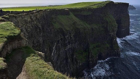 Seggiolini da selfie nei belvedere che danno sul baratro: l'idea dell'Irlanda contro gli autoscatti da brivido
