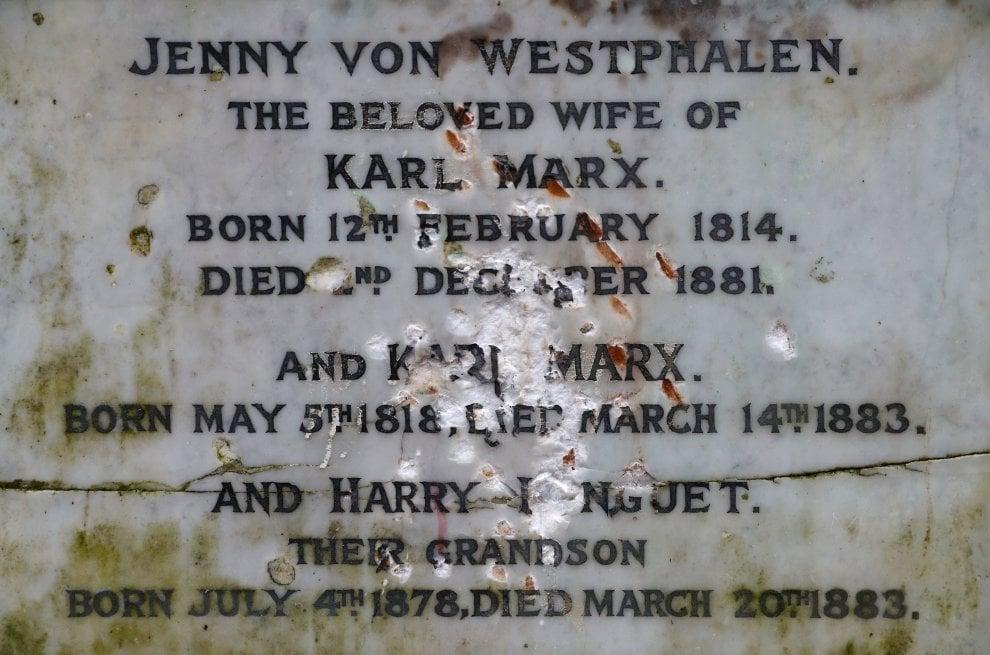 Londra, la tomba di Karl Marx vandalizzata a colpi di martello