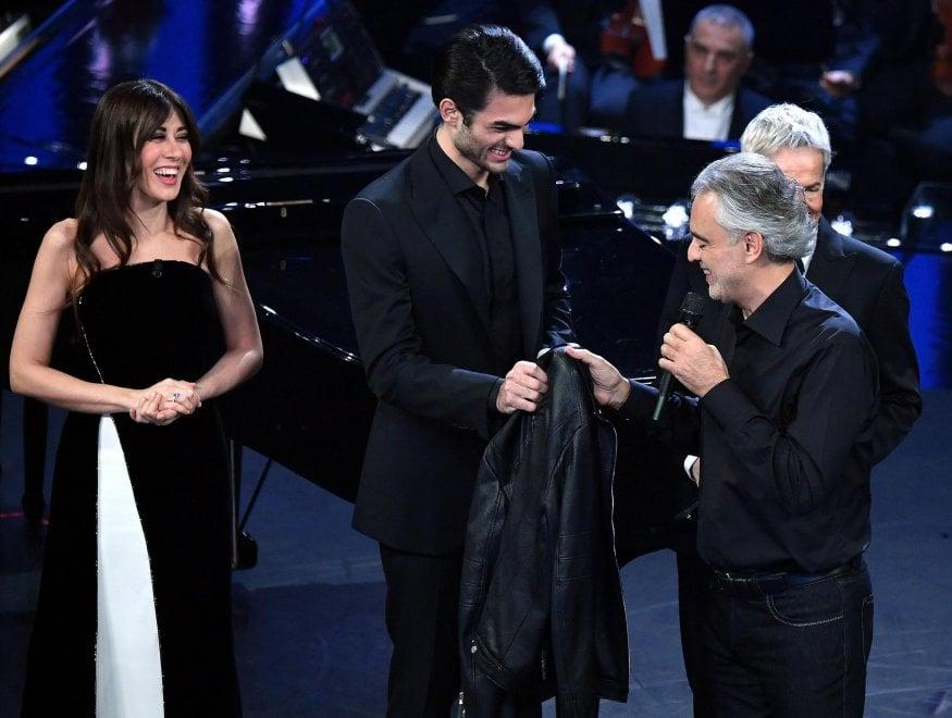 Sanremo, standing ovation per Andrea Bocelli: passa al figlio la giacca portafortuna di 25 anni fa