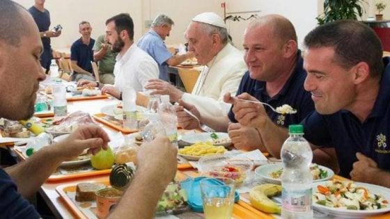 Papa Francesco, pranzo a mensa e cibo di stagione. E ora i vegani gli chiedono la dieta della Quaresima