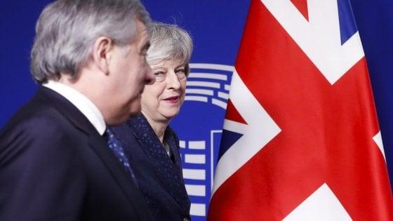 """Brexit, May a Bruxelles incassa un nuovo rinvio. Juncker: """"Non si riapre l'accordo"""""""