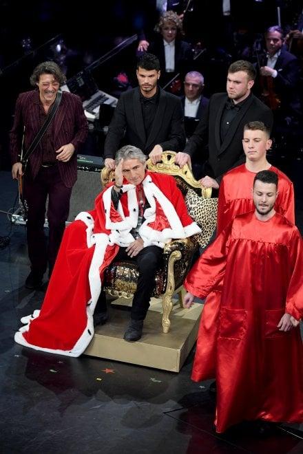 """Arriva Ligabue """"the king"""" of rock, il pubblico esulta e lui canta """"Dio è morto"""" con Baglioni"""