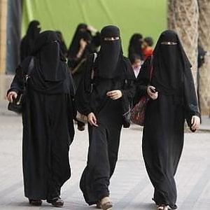 """Arabia Saudita, la schedatura delle donne e un un' """"App"""" che avvisa con un SMS se tentano di fuggire"""
